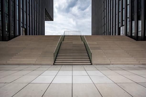 escalier dans un environnement urbain - marches marches et escaliers photos et images de collection