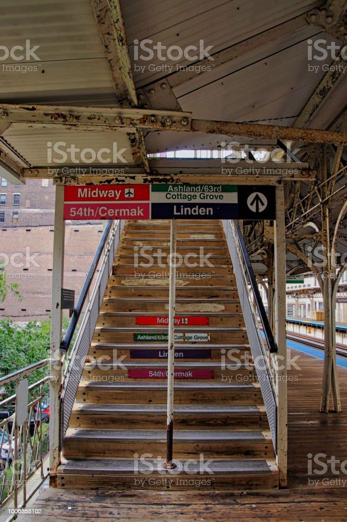 Escada que leva ao viaduto de cruzamento faixas numa estação de el Chicago localizado no Adams/Wabash. - foto de acervo