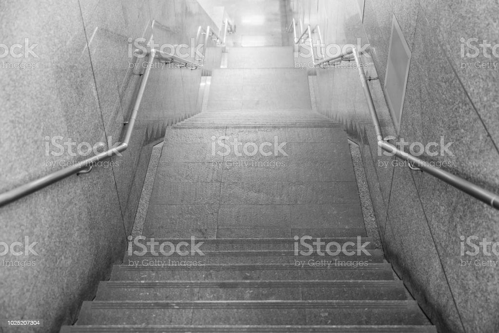 Escaleras de acceso a un túnel subterráneo, detalle de escaleras para peatones. - foto de stock