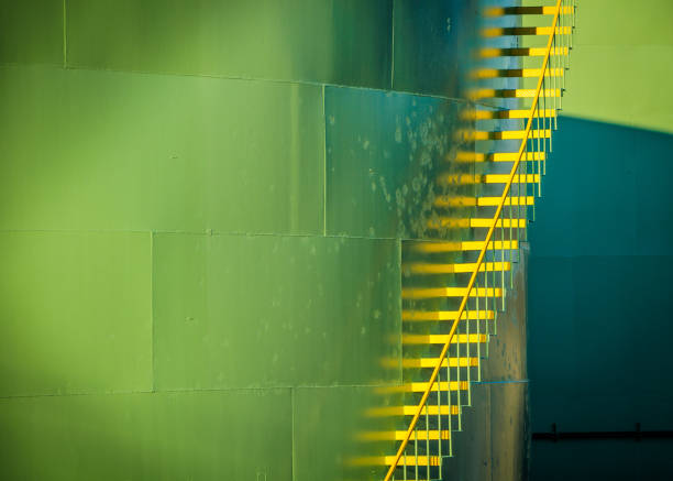treppe im lagertank - petrochemische fabrik stock-fotos und bilder