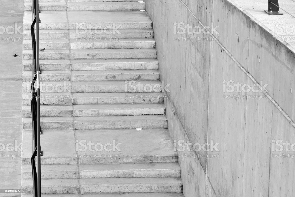 Escadas na Avenida concreta. Preto e branco. - foto de acervo