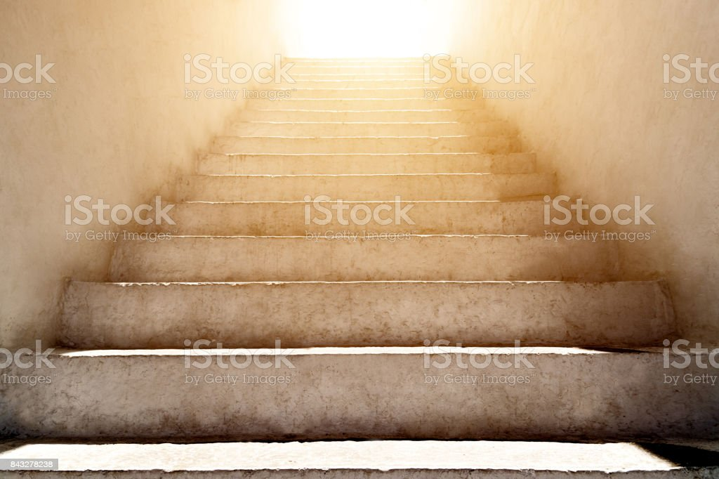 escalier vers le haut et la lumière du soleil - Photo