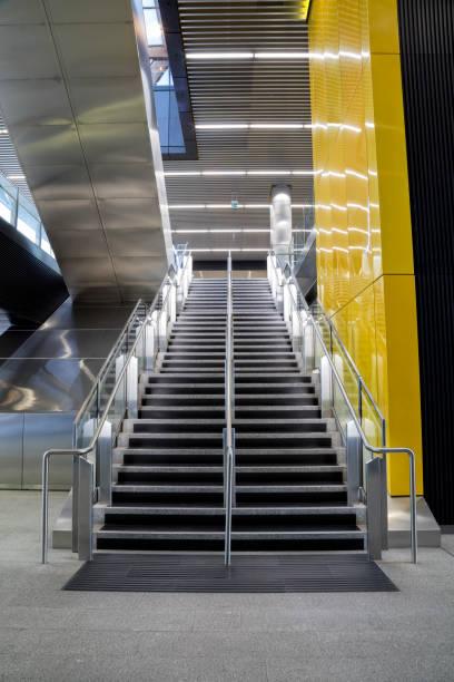 treppe in moderner architektur - stairway to heaven englische redewendung stock-fotos und bilder