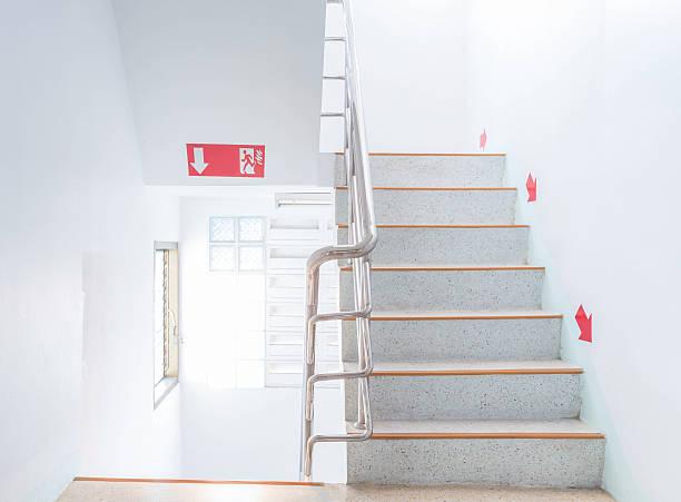 treppe fire escape - kinderlandverschickung stock-fotos und bilder