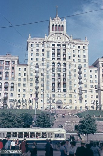 Russlan (exact location unfortunately not known), Ussr, 1957. Stalinist style of construction in a Sovijet-Russian city. Furthermore: public traffic and passers-by.