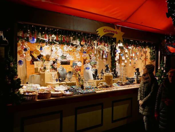 einem stand auf dem kölner weihnachtsmarkt mit zufälligen erfolgte gestern vorgestellten produkte - restaurant köln stock-fotos und bilder