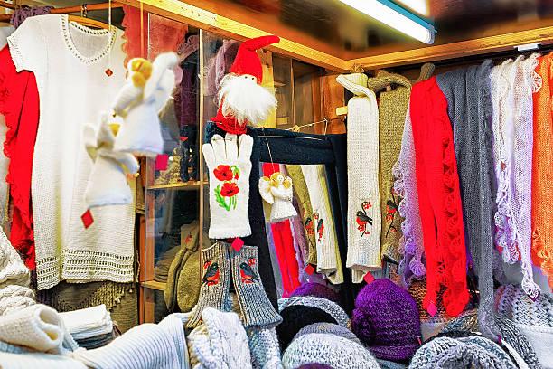 stall with warm woolen clothes at riga christmas market - engelsflügel kaufen stock-fotos und bilder