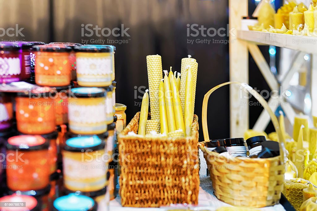 Stall with wax candles at the Vilnius Christmas Market - Foto stock royalty-free di Affari finanza e industria