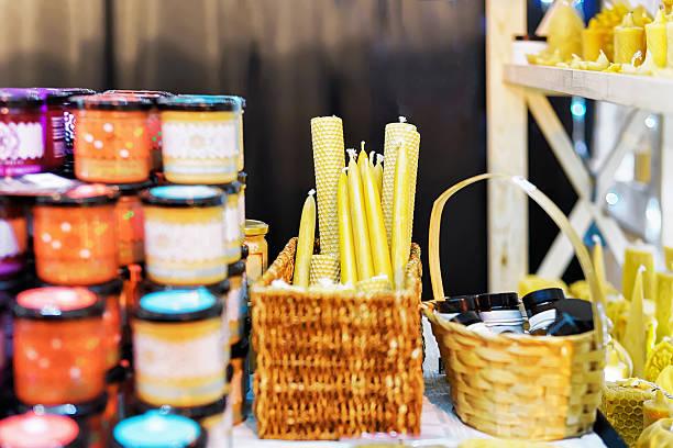 stallo con candele di cera al mercatino di natale di vilnius - bazar mercato foto e immagini stock