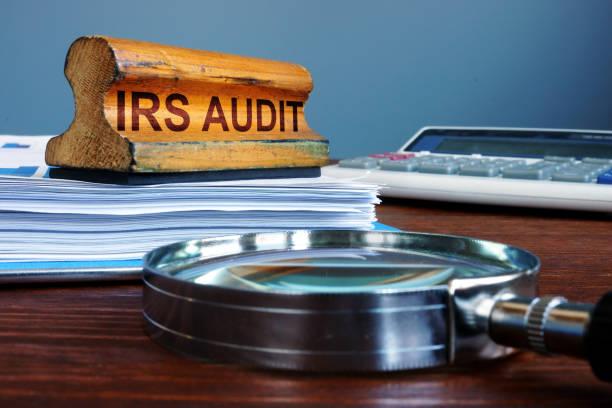 timbrare i documenti di audit e contabilità dell'irs. - ispezione contabile foto e immagini stock