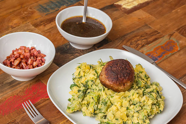 stamppot with endive, mashed potatoes and meatballs - stamppot stockfoto's en -beelden