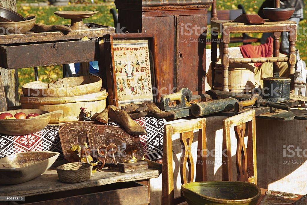 Tenez-vous debout à un marché en plein air avec mobilier en bois antique. - Photo