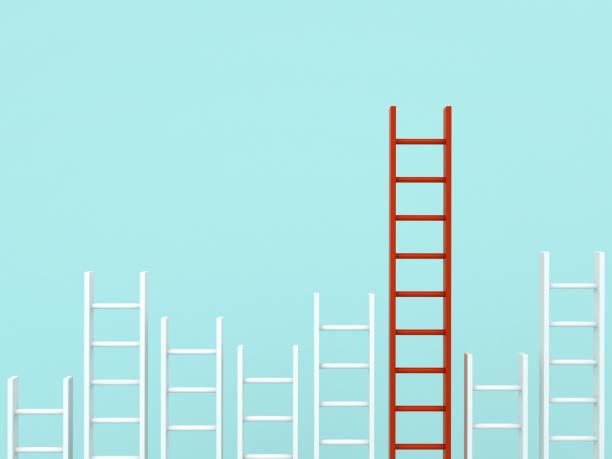 Destacam-se a multidão e conceitos diferentes ideia criativa, mais longa escada vermelha entre outras escadas curtas brancas sobre fundo de cor pastel verde clara. Renderização 3D - foto de acervo