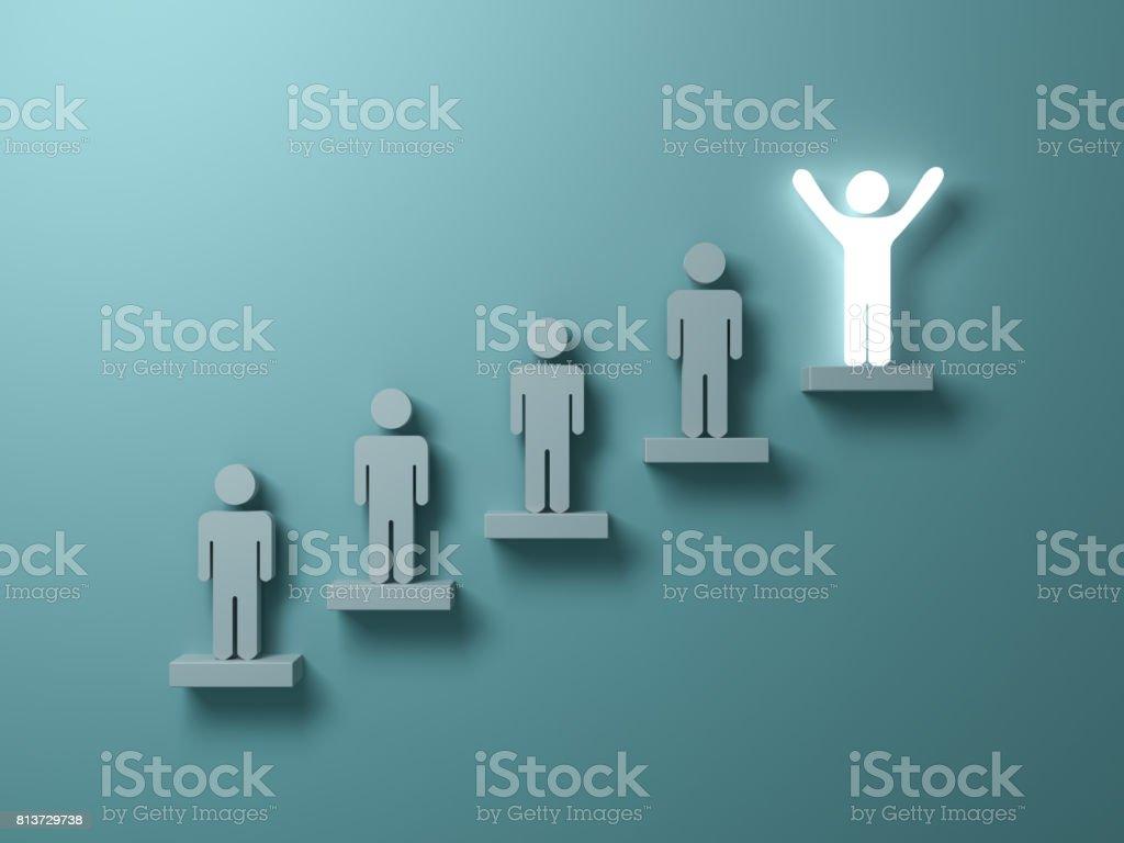 Sticker ut från mängden och annan kreativ idé koncept, en glödande ljus man står med armarna vidöppna ovanpå trappor koncept på grön bakgrund med skuggor. 3D render bildbanksfoto