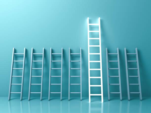 onderscheiden van de menigte en verschillende creatieve idee concepten, de langste lichte ladder gloeiende onder andere korte ladders op lichte groene pastel kleur achtergrond met schaduwen. 3d-rendering - ladder stockfoto's en -beelden