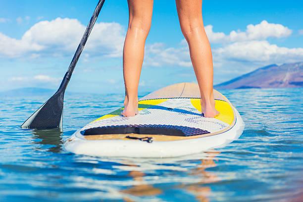 stand-up-paddle-surfing in hawaii - stehpaddeln stock-fotos und bilder