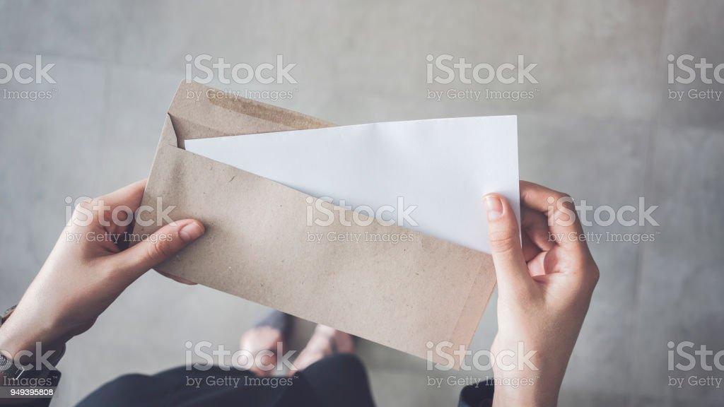 Frau mit weißen gefalteten a4-Papier und braunen Umschlag aufstehen – Foto