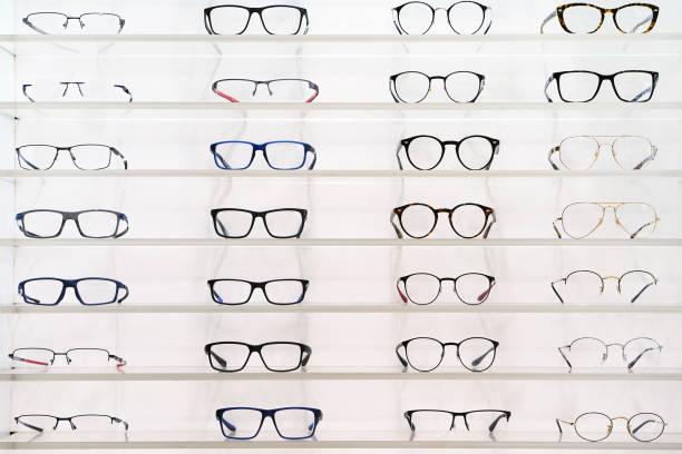 Stehen Sie mit Gläsern im Lager der Optik. – Foto