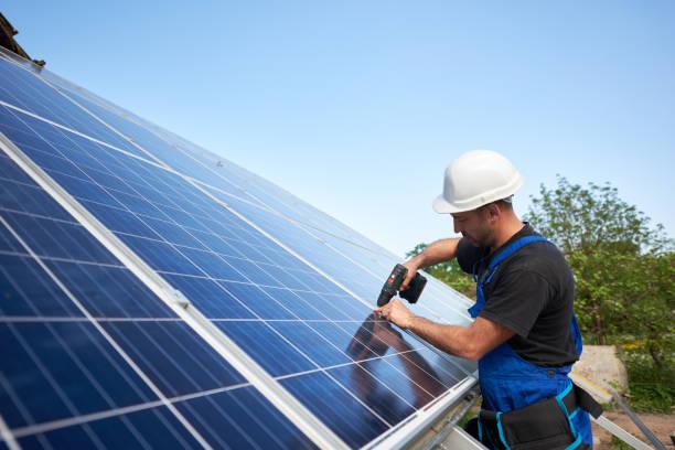 stand-alone-außen solar-panel-system-installation, konzept der erneuerbaren ökostrom-generation. - mondlandefähre stock-fotos und bilder