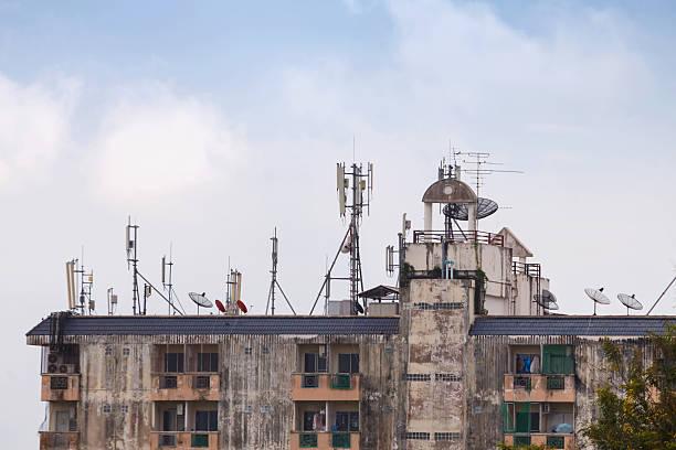 satellitare con trasmettitore torre standard - emissione radio televisiva foto e immagini stock
