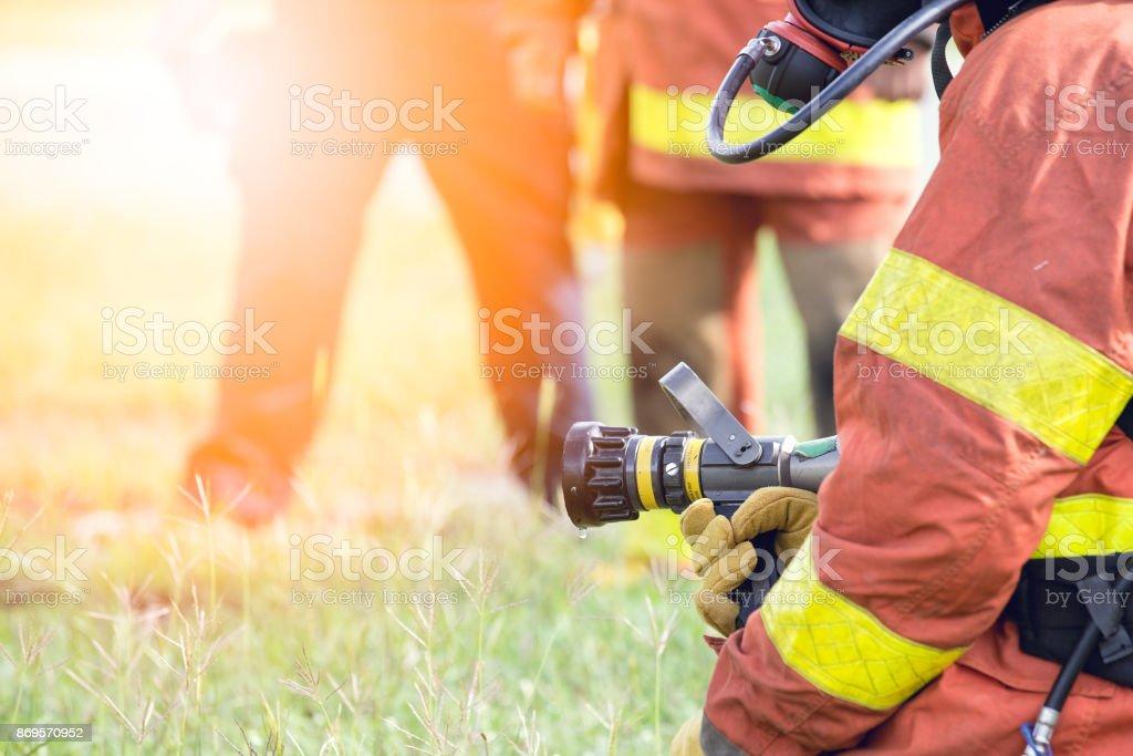 Standby-Feuerwehrmann halten Hydrant Düse mit flare – Foto