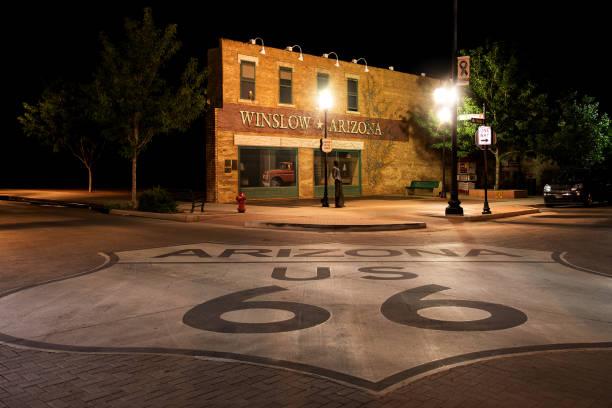 route 66을 따라 밤에 윈 슬로 (미국, 아리조나) 코너 공원에 서 있 - 육식조 뉴스 사진 이미지