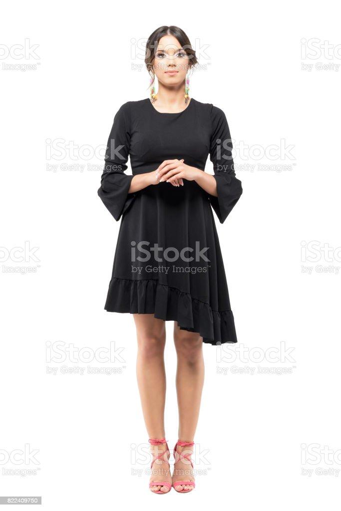 Permanente con clase formal mujer en vestido negro con mano cruzadas mirando a cámara. - foto de stock