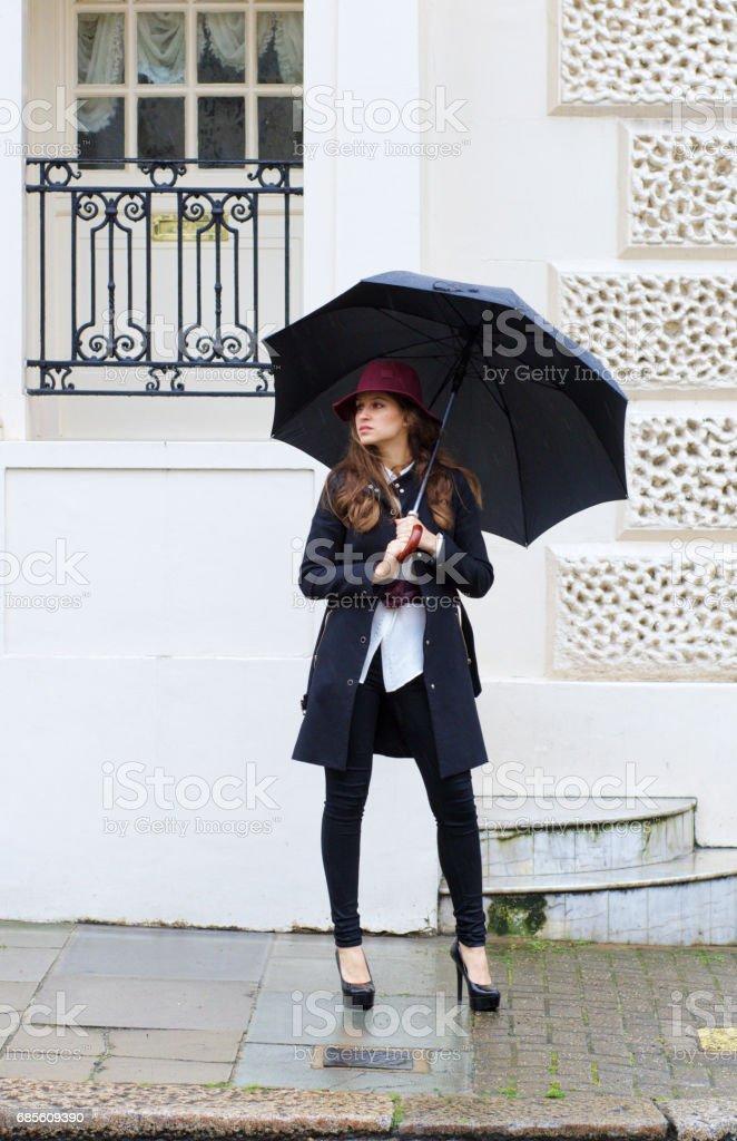 站在維亞室外的俄羅斯姑娘時尚模型傘 免版稅 stock photo