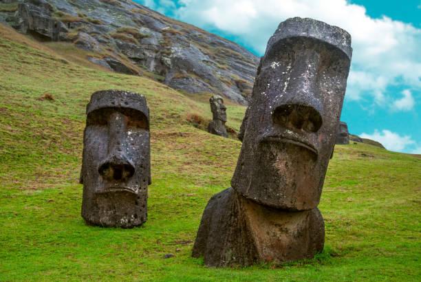 standing moai der osterinsel, chile - osterinsel stock-fotos und bilder