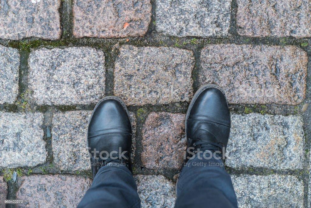 Debout sur le trottoir - Photo de Adulte libre de droits