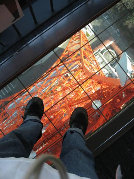 Stehend auf beängstigend Glasboden ohne Angst vor – Foto