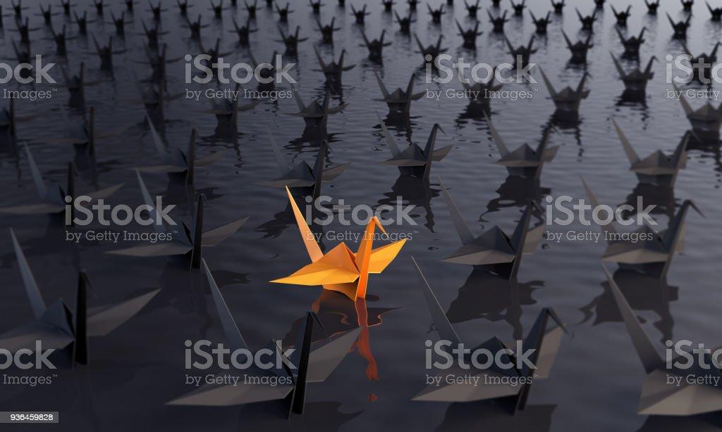 Se démarquant de la foule avec des grues de papier photo libre de droits