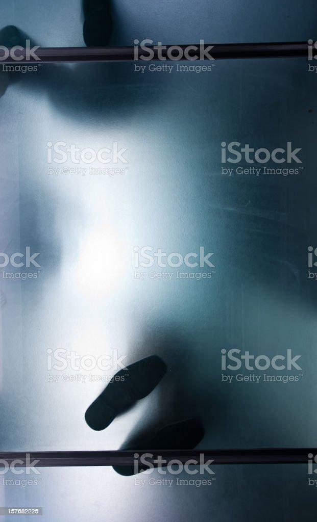 Stehen unter einem Glas-Etage – Foto