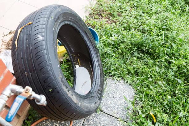 Stehendes Wasser in Reifen gefangen und Container züchten Moskito – Foto