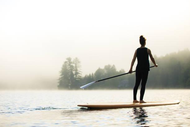 sup - stand up paddleboard - stehpaddeln stock-fotos und bilder