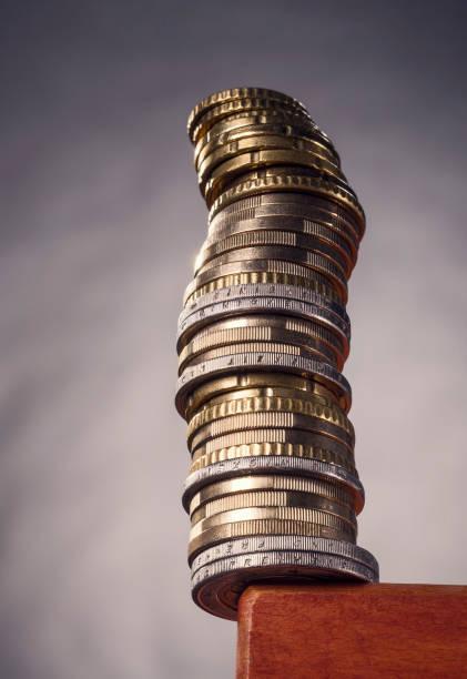 Stapel mit Münzen auf einer Tischkante stock photo