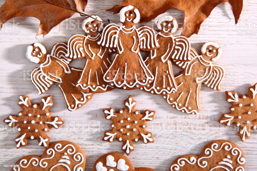 Estrela e o anjo do doce de gengibre mergulhado no gelo branco é uma grande decoração na mesa de Natal. - foto de acervo