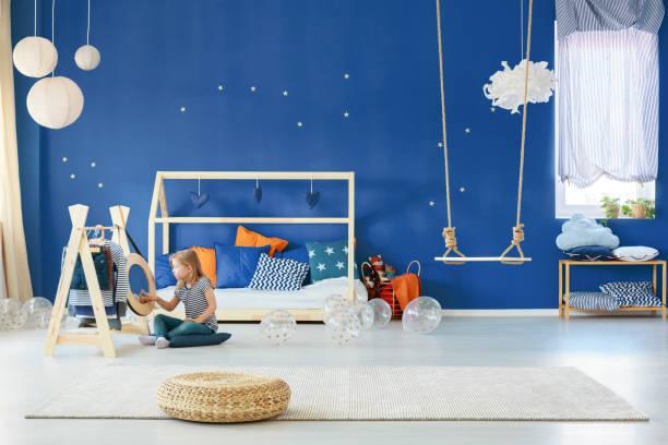 sterne schlafzimmer mit swing - kinderzimmer wand stock-fotos und bilder