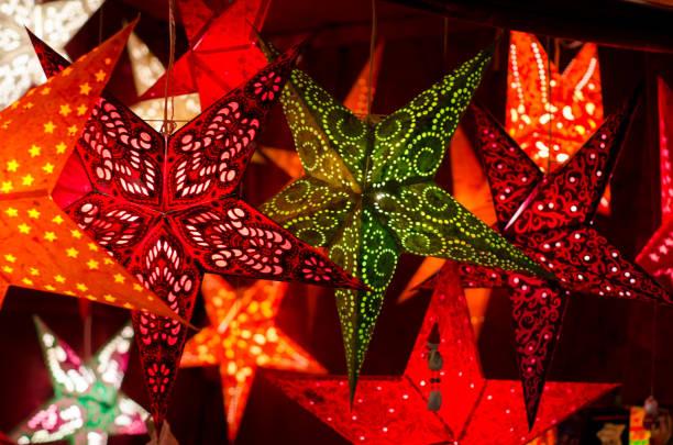 weihnachts-dekor sterne girlande - weihnachtsfeier münchen stock-fotos und bilder