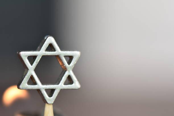 gwiazda dawida na tle świecy - judaizm zdjęcia i obrazy z banku zdjęć
