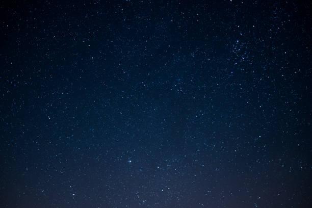 gwiezdne niebo w nocy , tło kosmiczne - niebo życie pozagrobowe zdjęcia i obrazy z banku zdjęć