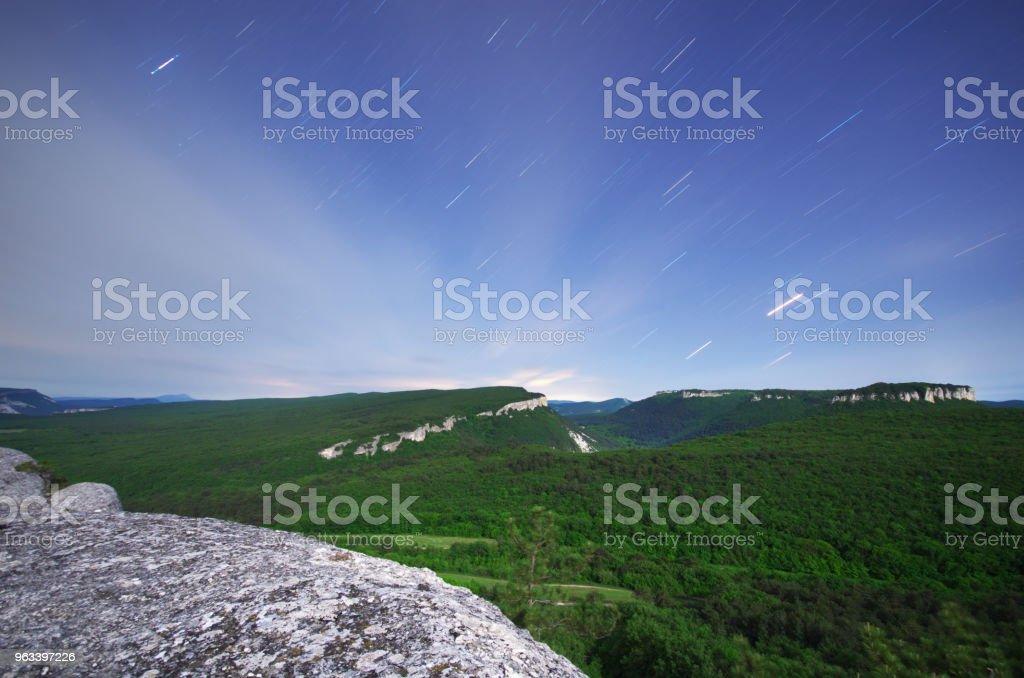 Gwiezdne szlaki i góry. - Zbiór zdjęć royalty-free (Astrologia)