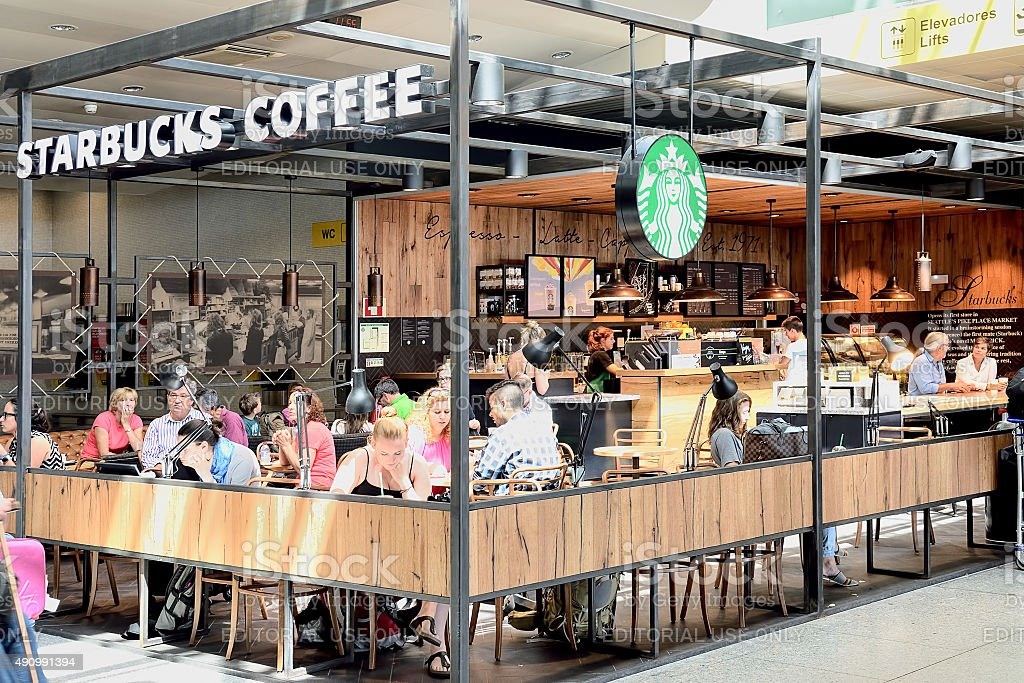 Café Starbucks no Aeroporto de Lisboa. - foto de acervo