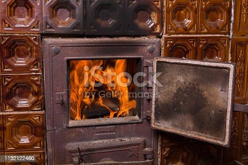Starodawny piec kaflowy i ogień