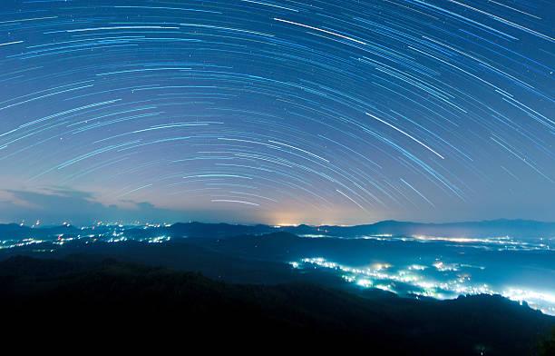 starry night above beautiful misty mountain - 挑染 個照片及圖片檔