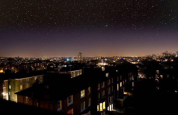 Sternennacht Himmel über die Stadt. – Foto