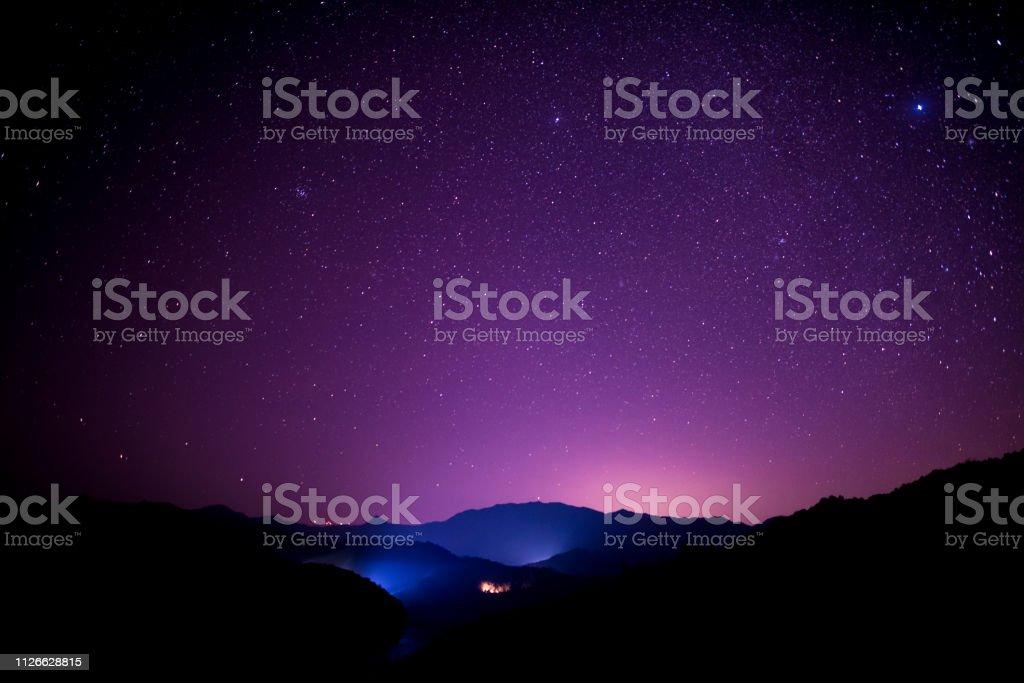 Scène de ciel étoilé sur les hautes montagnes, sud de la Chine - Photo de 2018 libre de droits