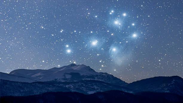 starry winter nacht - sternhaufen stock-fotos und bilder