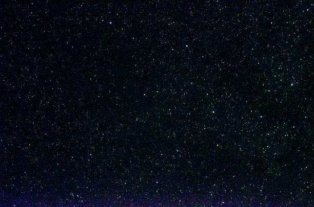 sterne und galaxie weltraum himmel nacht universum schwarzen hintergrund - sternhaufen stock-fotos und bilder
