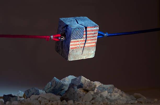 звезды и полосы рвать промежутком (сша) - республиканская партия сша стоковые фото и изображения